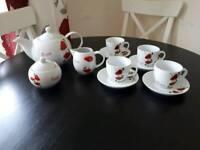 Poppy design Teapot and tea cup set