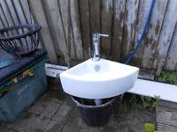 Vanity corner basin