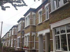 A very well presented ground floor garden flat close to both Wimbledon Mainline Station