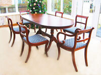 BEAUTIFUL EXTENDING DINING TABLE & 6 CHAIRS ( 4 CHAIRS & 2 CARVER CHAIRS) IN VERY GOOD CONDITION