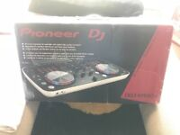 Like new, barely used, in box, great condition Comes with virtual dj le 4 deck version