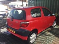02 REG TOYOTA YARIS 3 DOOR HATCH LOW MILEAGE LOVELY DRIVER IN BRIGHT RED GREY CLOTH INTERIOR NICECAR