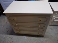 Spacious and elegant chest ouf 4 drawers with golden knobs