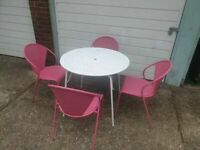 4 METAL CHAIRS PINK AND 1 WHITE FOLDING TABLE IN GOOD CONDITION