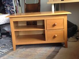 SIDE TABLE Hardwood, oak veneer side table in good condition. 95 cm long, 50cm wide, 56cm tall.