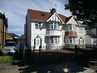 STUNNING LUXURY 5/6 BEDROOM HOUSE WITH GATED DRIVE NEAR ZONE 2 NIGHT TUBE, TRAIN & 24 HOUR BUSES
