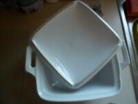LARGE WHITE CERAMIC CASSROLE DISH WITH LID IN NEW CONDITION