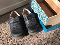 Clarks boys navy infant shoes 7.5F (light up)