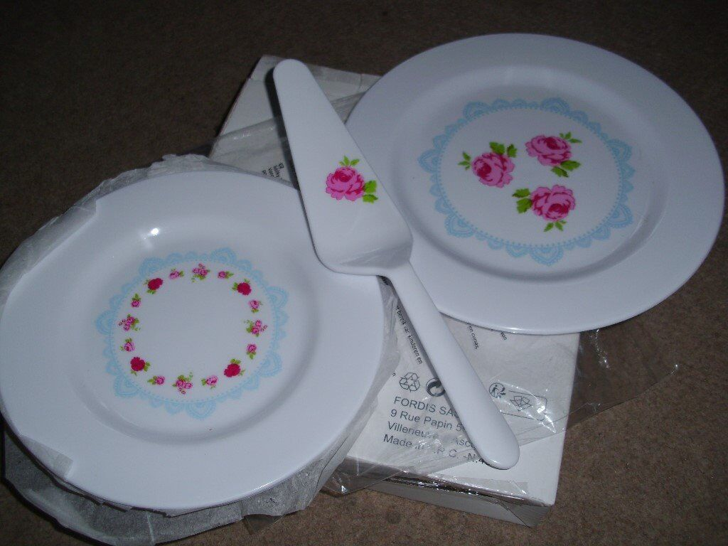 4 new plates & cake plate