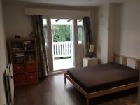 Large double bedroom with a balcony in 3 bed apartment- 3 min walk from Finchley Central.