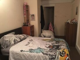 Double room perfect for a couple, IMMEDIATELY available close to Battersea Park with living room