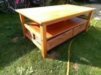 Pine coffee table with wicker baskets