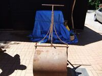 ANTIQUE GARDEN ROLLER VICTORIAN MADE OF CAST IRON WITH A WEIGHT IN CENTRE OF THE ROLLER DRUM GC £95