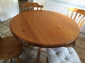 ROUND SOLID PINE TABLE AND 4 MATCHING FARMHOUSE CHAIRS VERY GOOD USED CONDITION FREE LOCAL DELIVER