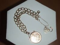 9CT GOLD HEART LOCKET CLASP BRACELET WITH 1982 HALF SOVEREIGN & SAFETY CHAIN