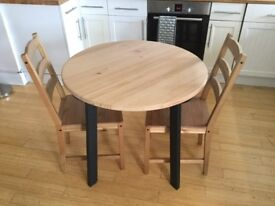 Round table and 2 chairs - like new!