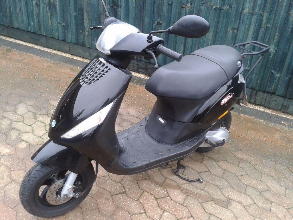 piaggio zip 50 2t 49cc scooter moped 2011 11 plate black new mot 11 000km 6 600miles. Black Bedroom Furniture Sets. Home Design Ideas