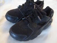 KIDS BLACK NIKE HUARACHE SIZE UK 11
