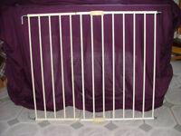 Lindam Push To Shut Extending Metal Wall Fix Baby Gate / stair gate