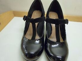 Clarks 'Coolest Lass' black patent ladies shoes with small heel. Great condition! size 5