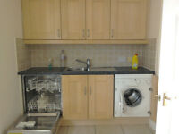Attractive Unfurnished 2 Bed Flat to let in quiet complex within easy reach of Reading & Green Park