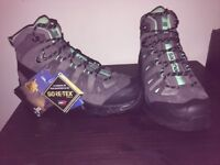 Salomon hiking boots ladies size 6 brand new