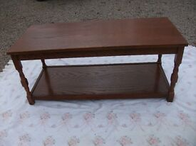 LOVELY SOLID WOODEN OAK OBLONG OCCASIONAL TABLE TURNED LEGS DETAILED EDGING UNDER SHELF