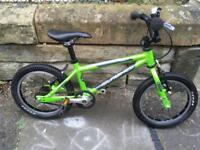 Islabike Cnoc 14 green, with stabilizers