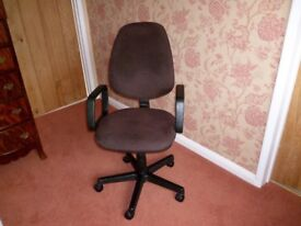 Swivelling Computer/Treatment Chair with Castors