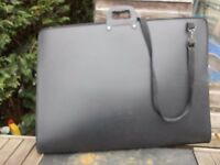Art storage case. in very good condition carry handles