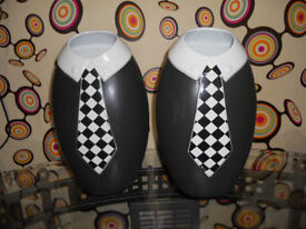 2 black and white vases. 2 tone mod style.