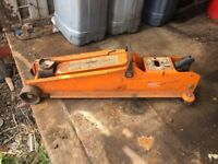 Car trolley jack,in good condition,works well had Little use, with handle.