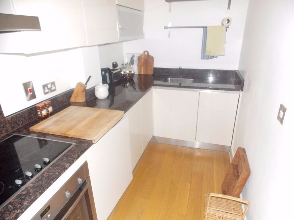 ***TRINITY MEWS*** Modern Two Bedroom Apartment to Rent in Private Gated Mews - Near Whitechapel Stn