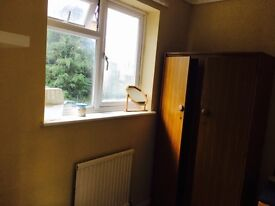 a very spacious single room with plenty of storage within 5 mn. walk to bracknell town