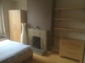 Beautiful Double Room in a shared professional house 2 mins to station, 5 mins to town centre