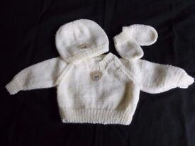 Hand knitted new baby jumper, hat and mitts (brand new)