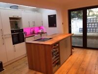 2 double rooms available for one month in beautiful 4 bed house