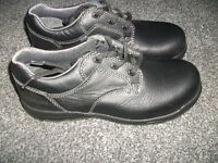 PAIR OF TROJAN EXTREME COMFORT SAFETY SHOES SIZE 7 BRAND NEW