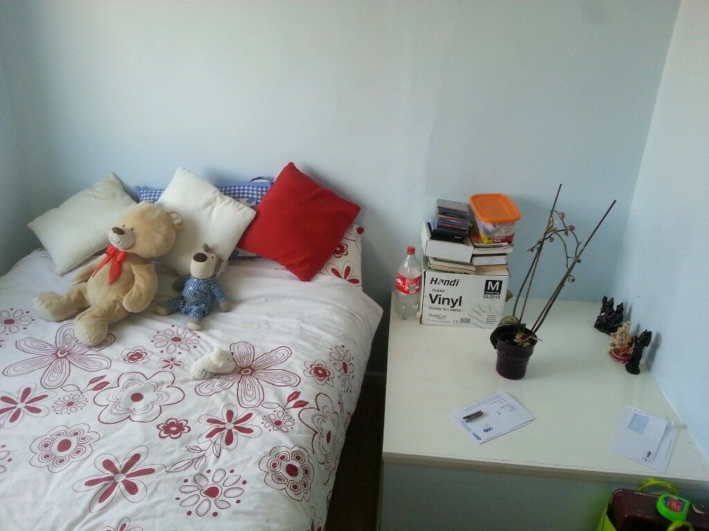 Decent size single room to let in Hayes. £100 p/w