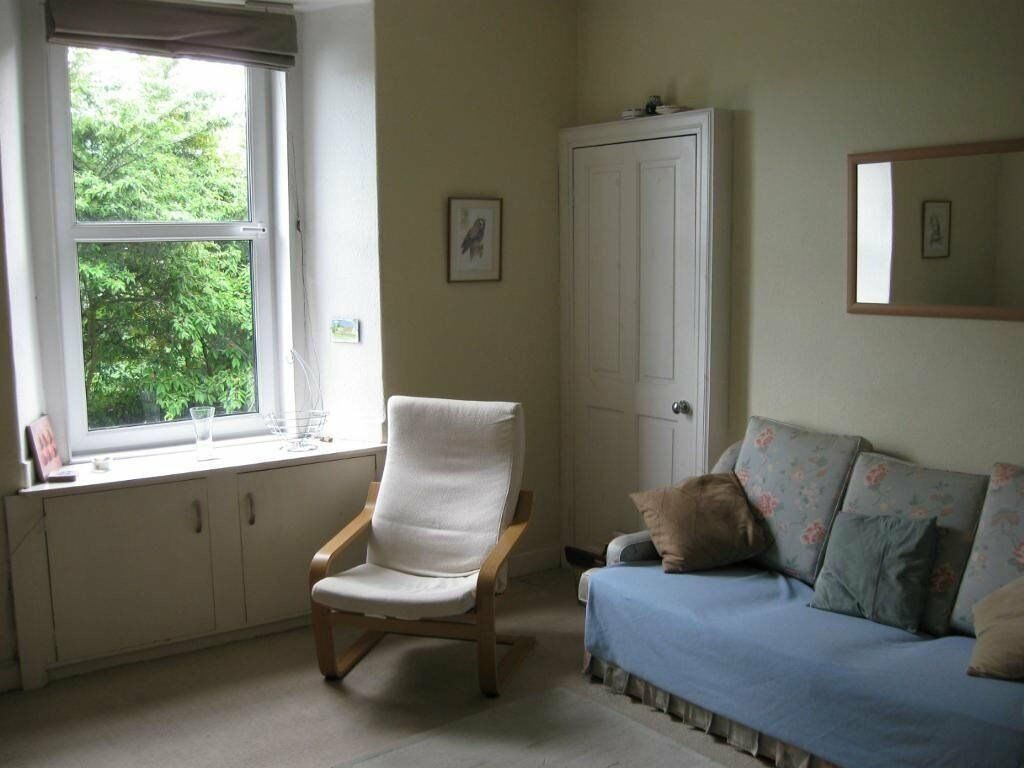 great central edinburgh one bedroom flat in abbeyhill. Black Bedroom Furniture Sets. Home Design Ideas