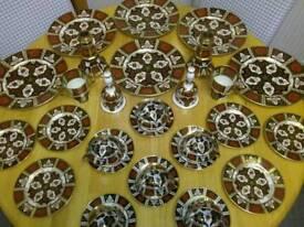 FINE BONE CHINA DINNER SERVICE IN SIMILAR STYLE OF ROYAL CROWN DERBY IMARI PATTERN