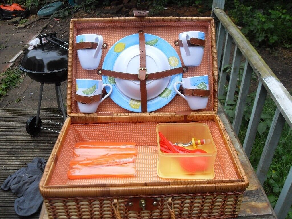 LARGE PICNIC HAMPER WITH 4 PLACE SETTINGS