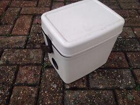 Compact cool box