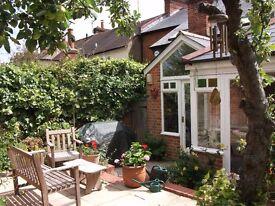 Charming house nr centre of Henley 3 bedrms. Pri, parking Fast WiFi Sat TV, Wlk to Waitrose Station