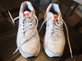 LADIES NIKE TRAINERS. SIZE 5.