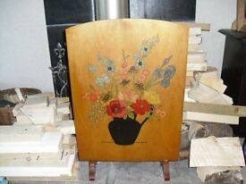 WOODEN FIRE SCREEN WITH HAND PAINTED FLOWER DISPLAY, SIZE 68.5 x 46 cm.