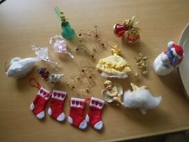 JOB LOT OF CHRISTMAS TREE DECORATIONS. 18 ITEMS IN TOTAL.