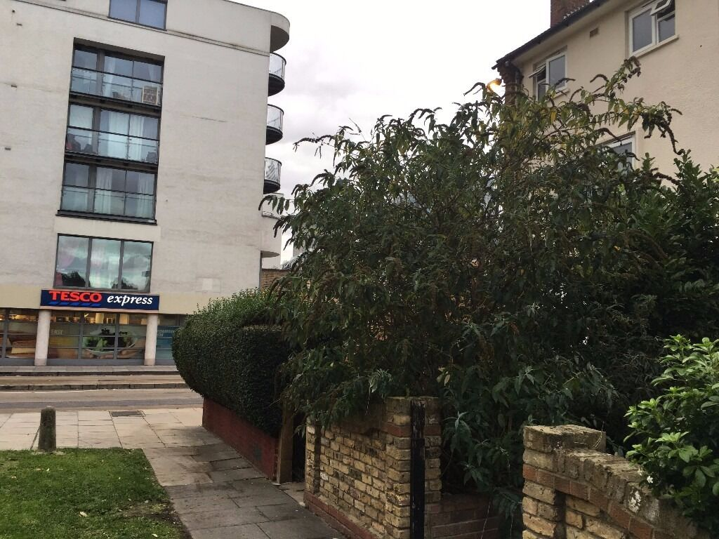 ONLY** NINE HUNDRED AND FIFTY POUND STUDIO IN CANARY WHARF - MANCHESTER RD E14