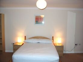 T O P QUALITY EXTRA LARGE DOUBLE ROOM NEAR THE ORACLE