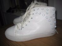 Size 35 White Hightop trainers. Leather. for woman or teen.